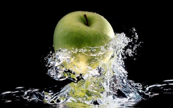 Apple-with-splashing water